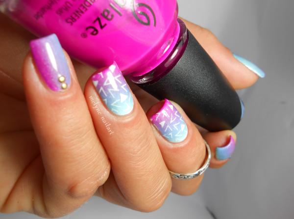 nail art dégradé bleu et rose et stamping pueen 7