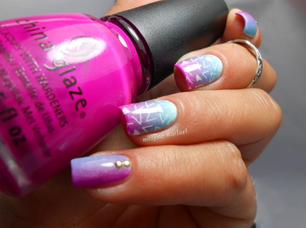 nail art dégradé bleu et rose et stamping pueen 8