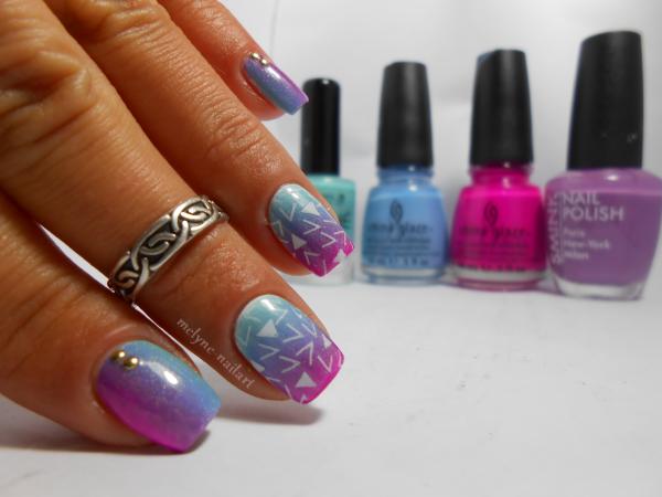 nail art dégradé bleu et rose et stamping pueen